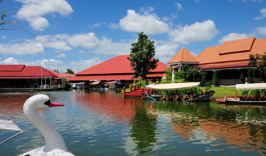 Sam Phan Nam Floating Market