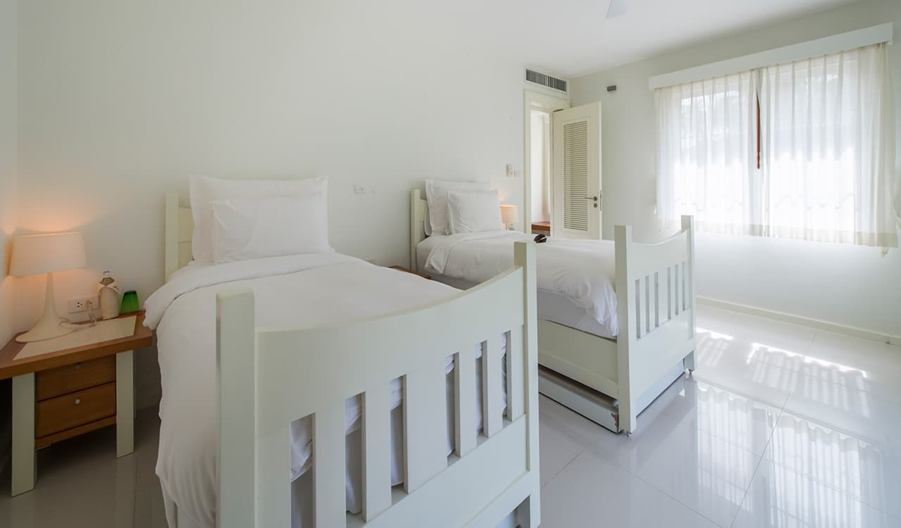 Villa Satis - Twin Beds Bedroom - Aleenta Phuket Resort & Spa